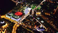 Bild 1 von 11der Fotostrecke zum Klicken  Berlin: Potsdamer Platz  Nach der Wiedervereinigung war dieser Platz im Herzen der Stadt eine jahrelange Baustelle. Jetzt leuchtet rot das Dach des Sony Centers und rechts der Leipziger Platz in grün. Dazwischen strahlt mit heller halbrunderFassade die Konzernzentrale der Deutschen Bahn.