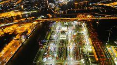 Hamburger Hafen  Der EurogateContainer Terminal am Überseehafen ist sicher einer der geschäftigsten und dynamischsten Orte Hamburgs. Auch bei Nacht steht hier nichts still. Die bunten Container erstrahlen in weißem Licht und wirken aus der Luft im Kontrast zur dunklen Elbe wie übergroße Legosteine. Deutschlands größter Hafen liegt nur 70 Seemeilen von der Nordsee entfernt.