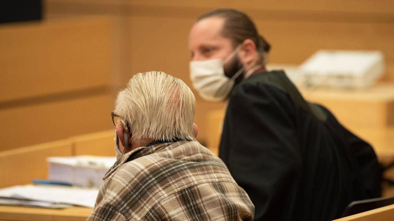 Würzburg: Der Angeklagte sitzt neben seinem Anwalt im Gerichtssaal