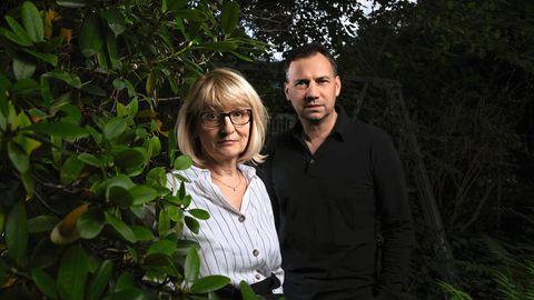 Sabine und Sebastian Fitzek fotografiert vor einer dunklen Hecke