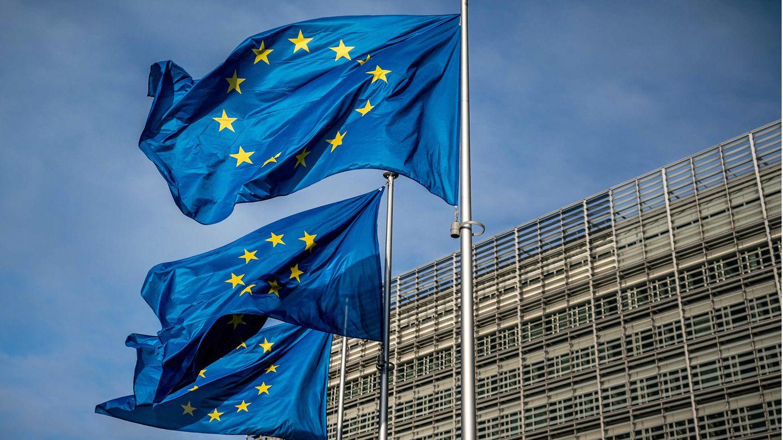 Europaflaggen wehen vor dem Sitz der Europäischen Kommission