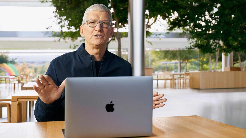 El jefe de Apple, Tim Cook, se sienta en la nueva MacBook con un procesador especialmente diseñado