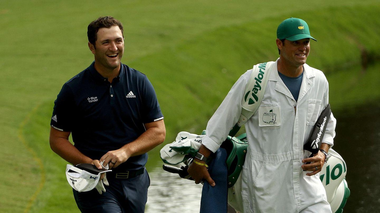 Irres Hole-in-One beim US-Masters: Jon Rahm Rodriguez läuft mit Caddie Adam Hayes über das Fairway in Augusta