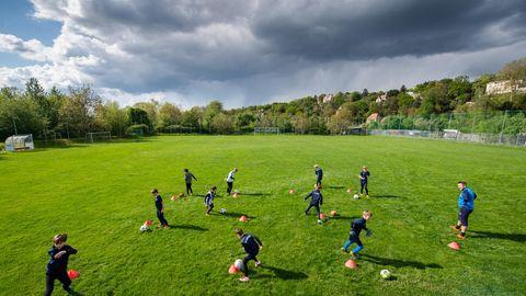 DOSB verlangt schnelle Öffnung von Sportstätten: Jugend-Fußballmannschaft trainiert auf einem Rasenplatz