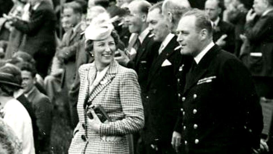 Kronprinzessin Märtha und Kronprinz Olav im Jahr 1942 auf dem Anwesen Sunningdale, rund vierzig Meilen südwestlich von London, auf einer Gartenparty.