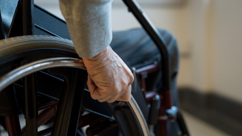 Hessen: Polizisten bringen Rollstuhlfahrer zum Grab seiner Frau
