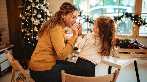 Weihnachtssterne können Sie ganz einfach aus Butterbrottüten selber basteln
