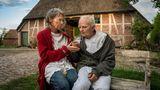 Bis ins hohe Alter leben die beiden zusammen in dem Haus. Zwischenzeitlich geht Vera nach Hamburg und studiert Zahnmedizin. Nach dem Studium kehrt sie aber wieder ins Alte Land zurück. Die ältere Vera Eckhoff wird von Iris Berben gespielt, Karl bis ins hohe Alter von Milan Peschel. Die Maskenbildner haben viel zu tun.
