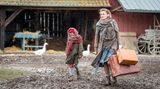 """Mit dem Heimatroman """"Altes Land"""" veröffentlichte Dörte Hansen 2015 eine Geschichte, die sich über sechs Jahrzehnte erstreckt und deutsche Nachkriegshistorie, die Geschichte eines Landstrichs und das Schicksal einerFamilie zusammenbringt.Buch und Film springen dabei zwischen den Jahrzehnten hin und zurück.  Alles beginnt mit der Ankunft derkleine Vera (Emilia Kowalski, l.) und ihrer Mutter Hildegard von Kamcke (Birte Schnöink) in Norddeutschland. Beide mussten aus Ostpreußen fliehen und bekommen 1945 einenHof im Alten Landzugewiesen."""