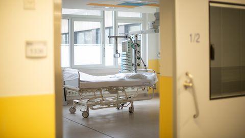 Ein leeres Bett steht in einem Zimmer in einem Krankenhaus (Archivfoto)