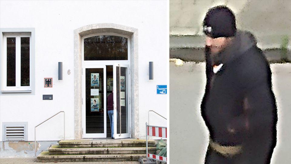 Links ist der Eingang in ein weißes Haus mit Zoll-Wappen neben der Tür zu sehen, rechts ein Mann mit dunkler Kleidung und Mütze
