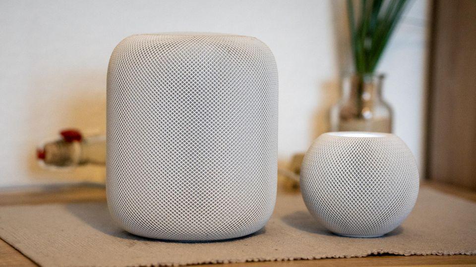 Links der große HomePod, rechts die Mini-Variante.