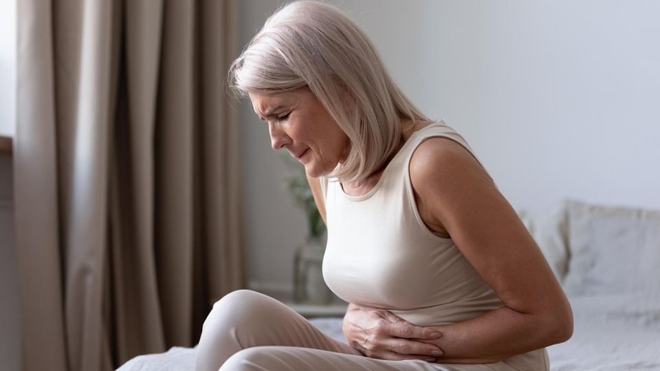 Eine Frau hat Bauchschmerzen