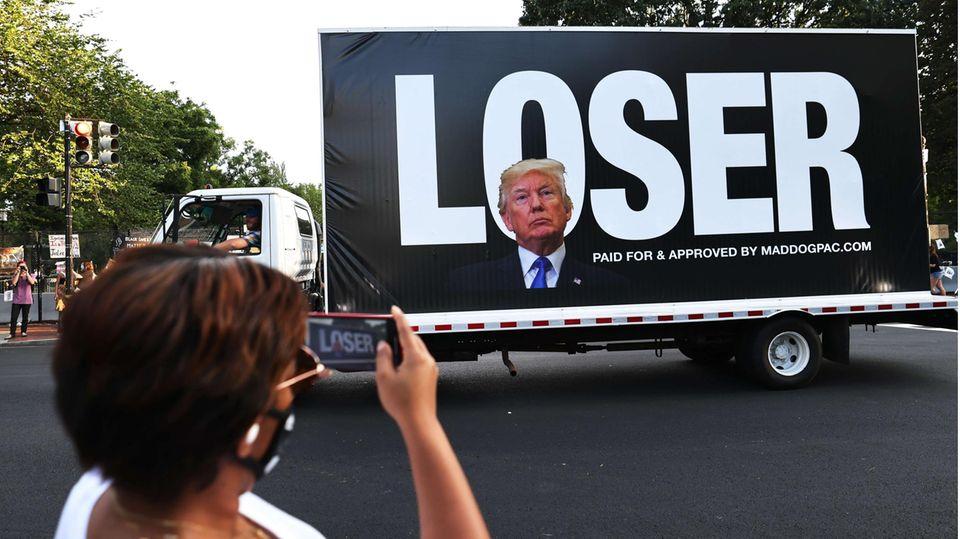 """Donald Trumps Konterfei auf einem Truck mit der Aufschrift """"Loser"""""""
