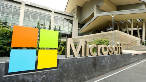 Die Beschilderung der Microsoft Corporation vor dem Microsoft Visitor Center in Redmond, Washington