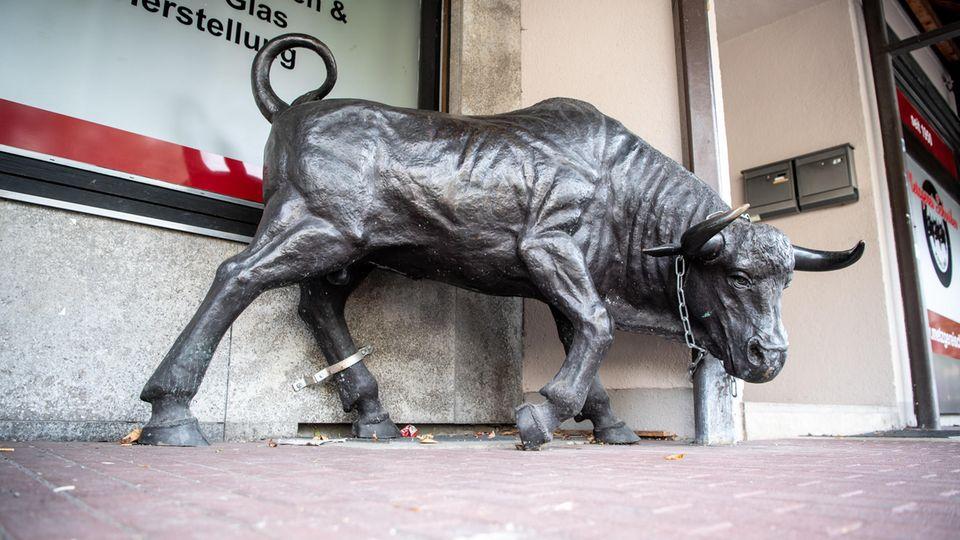 Nachrichten aus Deutschland: Bronze-Skulptur vor einer Metzgerei in Krailing