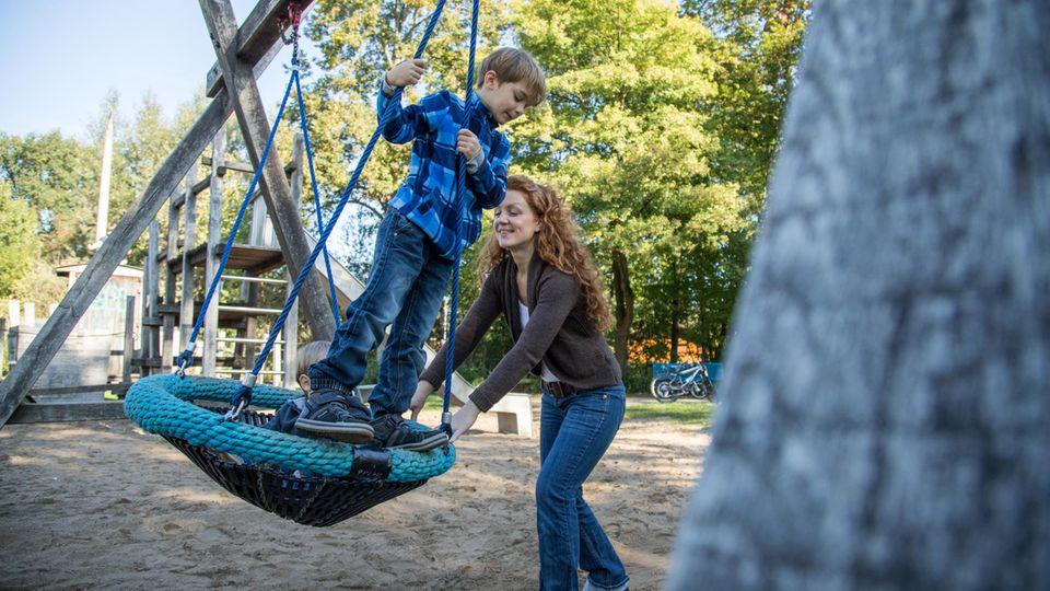 Ein freundliches Miteinander in der Nachbarschaft kann die Kindsentwicklung fördern.