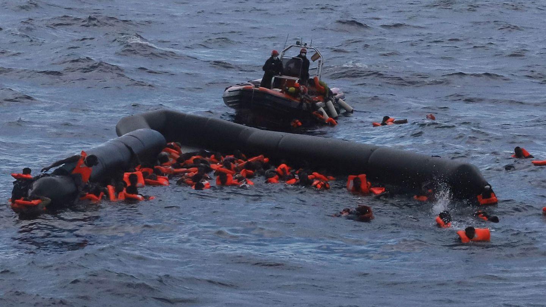 Libysche Flüchtlinge werden von Mitgliedern der spanischen Hilfsorganisation Open Arms nach einem Bootsunglück gerettet