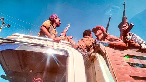 Äthiopische Amhara-Milizkämpfer ziehen am 9. November 2020 gemeinsam mit Bundes- und Regionalkräften gegen die nördliche Region Tigray in den Kampf. Dort sind nun wohl hunderte Zivilisten einemÜberfall zum Opfer gefallen.