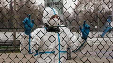 Italien, Monza: Ein medizinischer Mitarbeiter in Schutzkleidung wartet an einem Triage-Prüfstelle