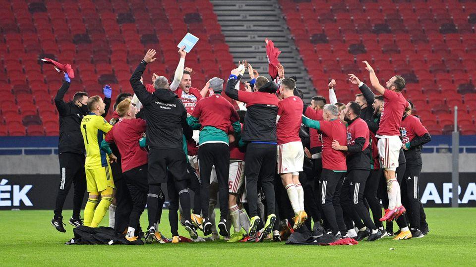 Sie lösten das Ticket zurEM 2021: Die Ungarn jubeln nach dem Last-Minute-Sieg gegen Island