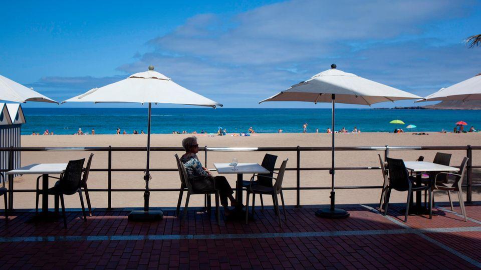 Nicht viel los: Auf der Terrasse einer Bar am Strand in Las Palmas de Gran Canaria