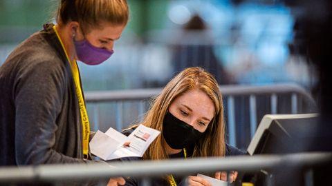 Pittsburgh: Wahlhelferinnen werten die verbliebenden Stimmzettel und Stimmzettel der Briefwahl aus