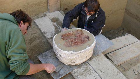Ausgrabung der Säuglingsdoppelbestattung in Krems am Wachtberg