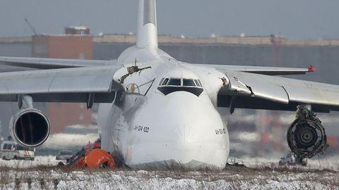 Bruchlandung in Sibirien: Die beschädigte Antonov 124 auf dem Flughafen Nowosibirsk
