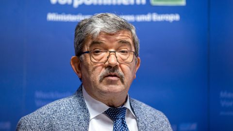 Mecklenburg-Vorpommerns Innenminister Lorenz Caffier (CDU) räumte den Waffenkauf ein