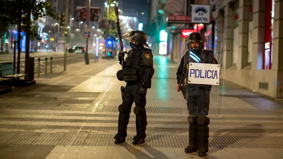 DieBereitschaftspolizei bezieht Stellung bei einem Protest gegen die Ausgangssperre in Madrid Ende Oktober