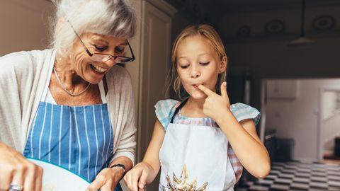 Oma und Enkelin backen