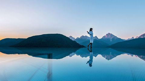 """Alpen Tesitin Panorama Resort,Taisten:17 Punkte, 3 Lilien  Ein feiner, familiengeführter Traditionsbetrieb,1300 Meter hoch und über dem Tal gelegen, mit dem Schwerpunkt auf Aktivurlaub und Wellness. """"Das öffentlich zugängliche Spa bietet viel, von einer Event-Außensauna über Panoramahimmelbetten bis hin zu Solebecken und Außenwhirlpool mit grandiosem Dolomitenblick und einem 20 Meterlangen Außenpool"""", lautetdas Test-Fazit.  Preise: HP ab 153 Euro,www.relax-guide.com/alpen-tesitin-panorama-resort"""