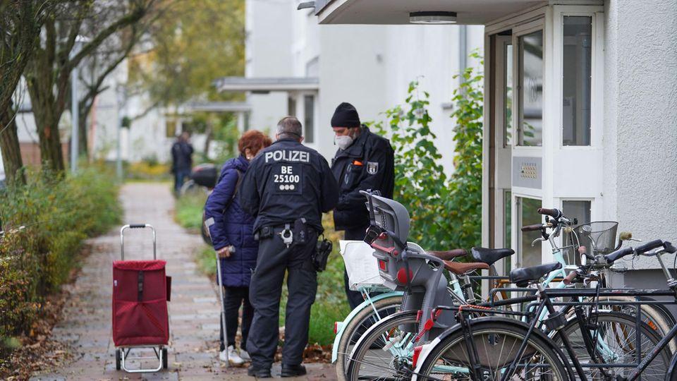 Wegen einer Bombenentschärfung fordern Einsatzkräfte der Polizei in der Nähe lebende Bewohner auf ihre Wohnungen zu verlassen