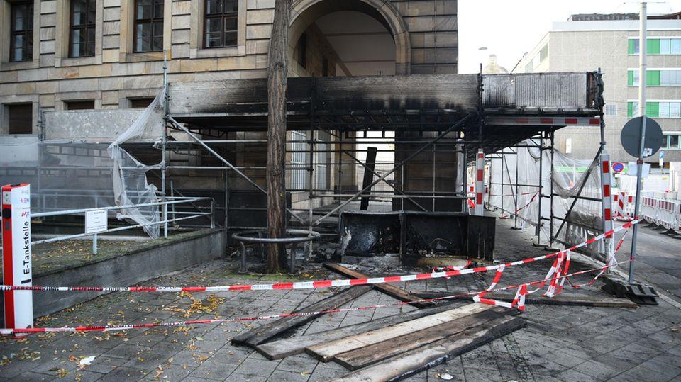Die Fassade des Mannheimer Rathauses ist durch einen Baustellenbrand beschädigt.
