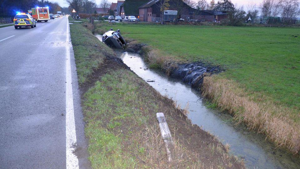 Der Wagen überschlug sich und landete in einem Wassergraben neben der Fahrbahn.
