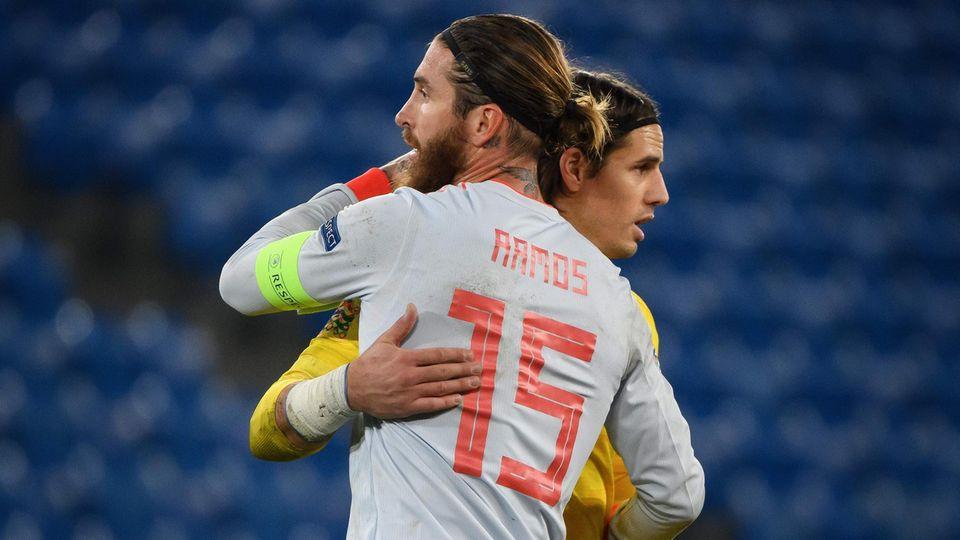 Sergio Ramos und Yann Sommer umarmen sich