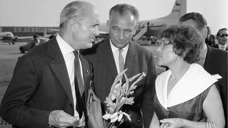 Rennfahrerin Eliška Junková 1963 zusammen mit dem französischen Rennfahrer Louis Chiron in Prag.