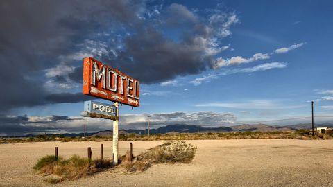 Hinweiszeichen in die große Leere: Das Motel mit Pool in der Sonora-Wüste in Arizona existiert schon lange nicht mehr.