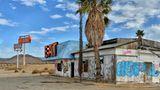 Holloran Springs liegt neben dem Barstow Freeway zwischen Baker und Las Vegas und ist schon lange eine Geisterstadt. Hier gibt es weder etwas zum Essen noch preiswertes Benzin zum Tanken.