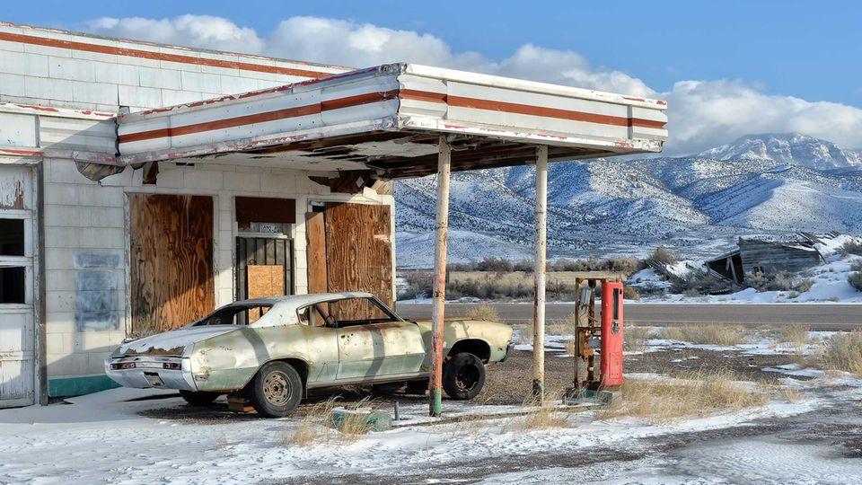 Schon seit Jahren steht dieser Buick Skylark an eineraufgegebenen Tankstelle an einem namenlosen Ort in Utah, wo sich zwei Highways kreuzen.