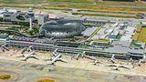 Singapur: Changi Airport (SIA)  Seit Jahrzehnten wird der Flughafen des Stadtstaates als einer der besten der Welt ausgezeichnet. Neuer Blickfang ist das gläserne Herz der Anlage, The Jewel, genannt - eine grüne Oase mit einem 40 Meter hohen Indoor-Wasserfall.