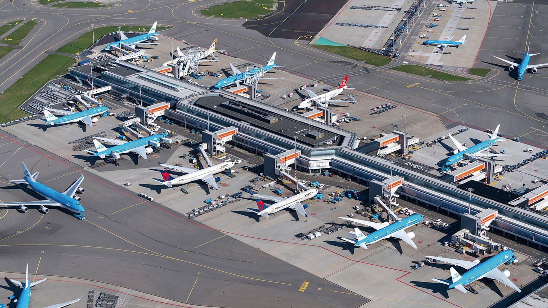 Niederlande: Amsterdam Schiphol (AMS)  Unübersehbar das Hellblau der KLM-Flugzeuge: Sowohl die niederländische Airline wie auch der Flughafen sind mehr als 100 Jahre alt. Bereits 1935 gab es hier vier asphaltierte Pisten.Heute sind es inzwischen sechs Start- und Landebahnen.