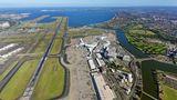 Australien: Kingsford Smith Airport (SYD)  Sydney Flughafen wurdenach einem Flugpionier benannt, der 1928 die Strecke von Kalifornien nach Australien im Soloflug via Hawaii und Fidschi bewältigte. Auf dem Foto ist noch ein Airbus A380 von Qantas zu erkennen. Die Airline hatihre A380-Flotte in der kalifornischen Wüste eingeparkt.