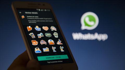 Whatsapp-Sticker: Smartphone mit einer Stickerpaket zum Thema Homeoffice