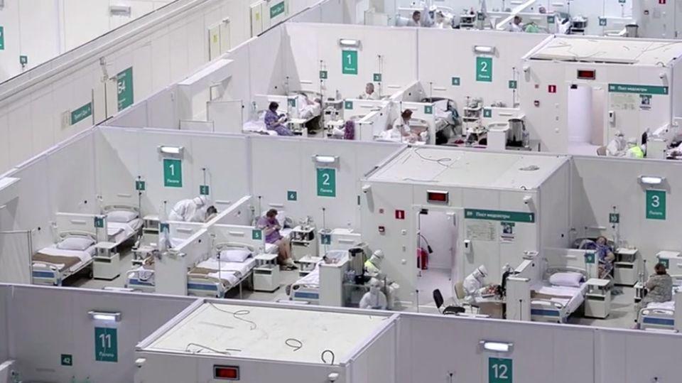 Krankenbetten statt Pirouetten: Moskau baut Eissporthalle in Corona-Klinik um