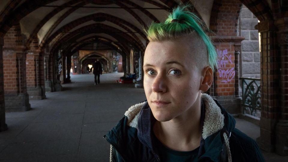 Porträt von Toni mit grünen Haaren