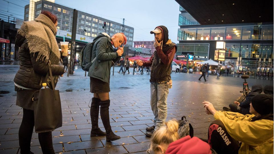 Straßenkind Antonia mit Freunden auf dem Alexanderplatz