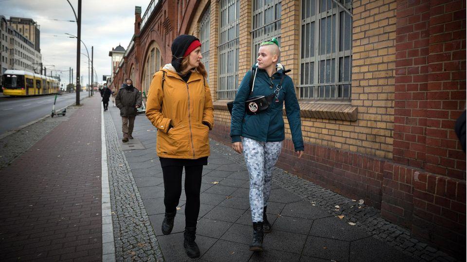 Streetworkerin Vici läuft mit Toni durch die Straße