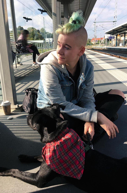 Toni und ihr Hund Barny auf Zwischenstopp in Meck-Pomm. Sie nennt ihn ihr Ersatzkind. Er trägt sein Reisehalstuch und bekommt ein neues Spielzeug